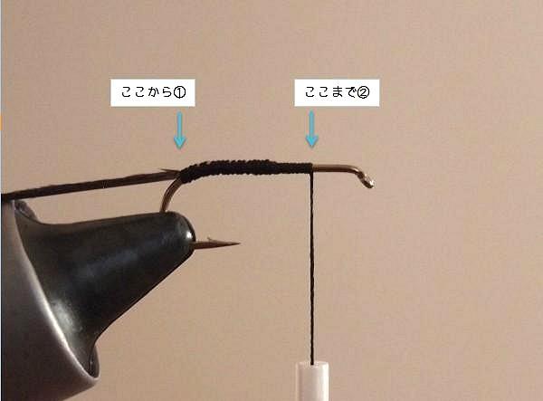 ピーコックハールを鈎に固定しながら糸を巻きつける