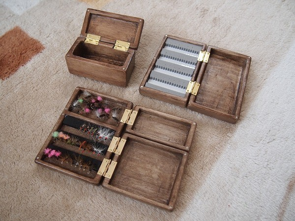 自作した浅型、深型、浅型と深型のセットの木製の毛鉤ケース