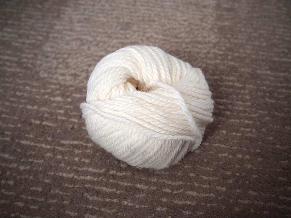 ウール100%のクリーム色の毛糸