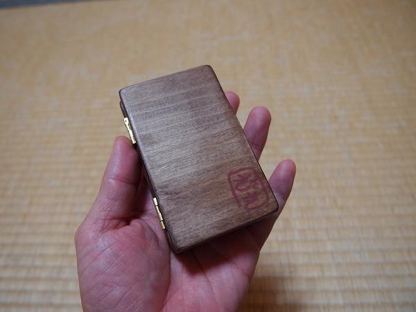 浅型の木製の毛鉤ケース